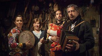El grupo de folclore Mayalde en su local de ensayo
