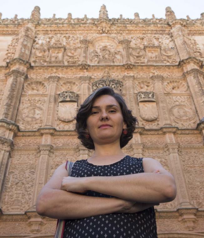 La profesora Amaya Pérez, autora del estudio sobre la armonía musical de la fachada universitaria.